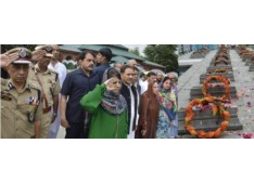 CM Mehbooba leads people in remembering 1931 martyrs;Lays wreaths, offers Fateaha