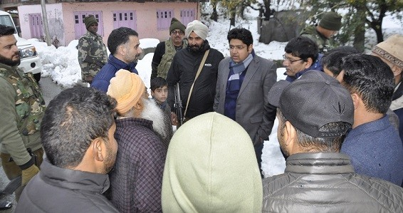 DDC Pulwama visits snow affected areas, takes stock of post snowfall situation