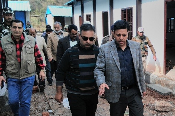 Div Com reviews winter preparedness in Ramban, Doda, inspects shelter sheds