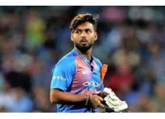 Rishabh Pant injured after hit on Helmet by Pat Cummin's bouncer