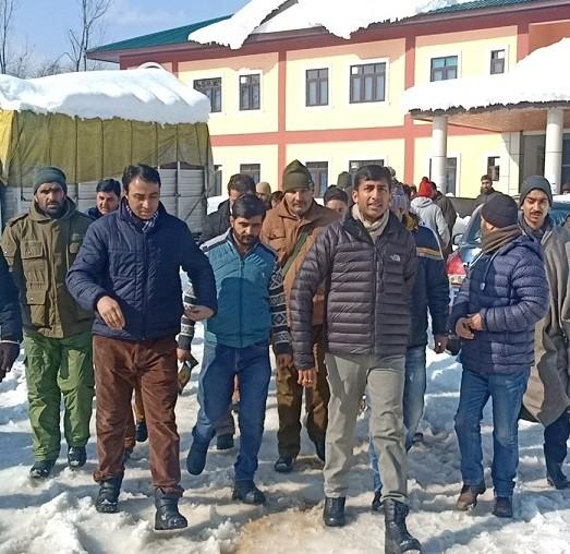 DDC visits DH Kupwara, monitors snow clearance operation
