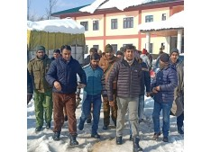 DDC visits DH Kupwara, monitors snow clearance operation
