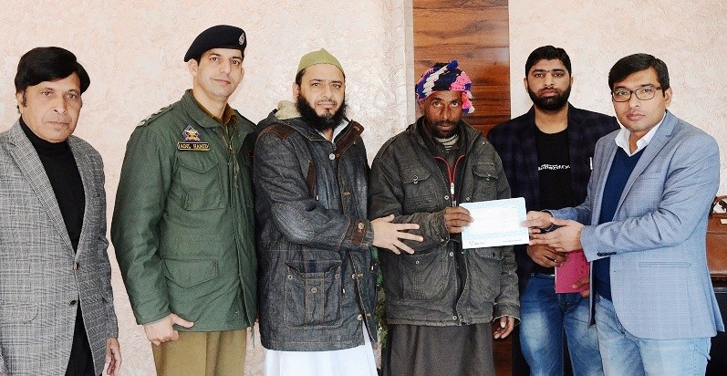 DC Poonch provides cash relief to cross border shelling victims
