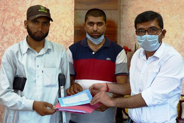DC Poonch provides cash relief to victim of cross border shelling