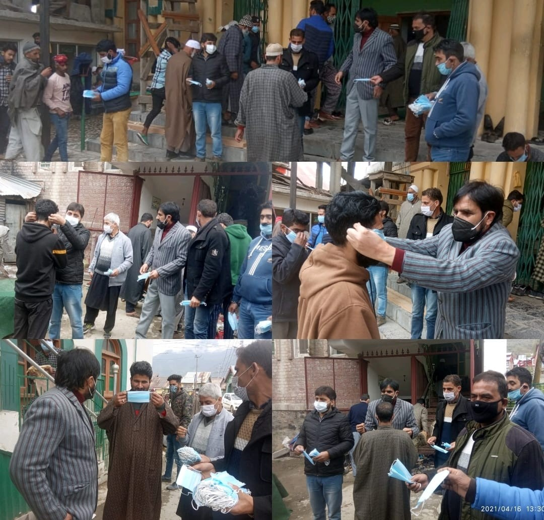 Bandipora Admin distributes free masks among worshippers on directions of DC Owais Ahmed