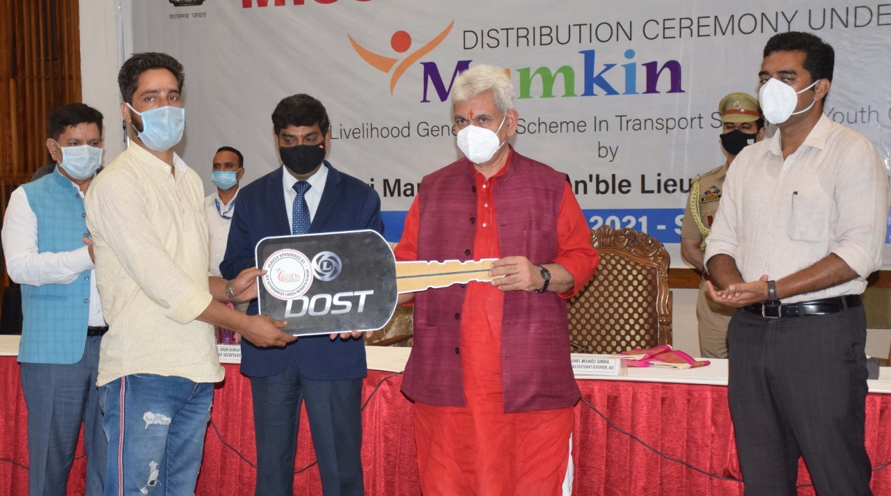 """LG J&K Manoj Sinha distributes Small commercial Vehicles among 250 youth under """"Mumkin"""" Scheme of Mission Youth"""